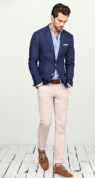 Comment porter: blazer bleu marine, chemise à manches longues à rayures verticales blanc et bleu, pantalon chino beige, chaussures derby en daim tabac