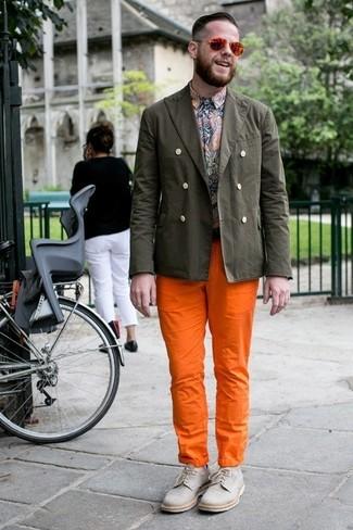 Comment porter: blazer en coton olive, chemise à manches longues imprimée cachemire multicolore, pantalon chino orange, chaussures derby en toile grises