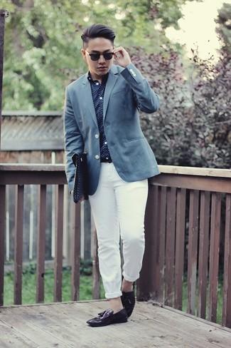 Comment porter: blazer bleu, chemise à manches longues á pois bleu marine et blanc, pantalon chino blanc, mocassins à pampilles en cuir pourpre foncé