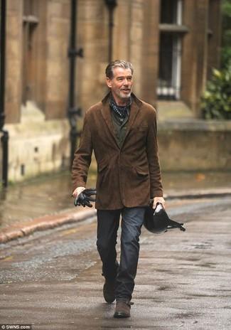 Comment porter: blazer en daim marron foncé, chemise à manches longues olive, pantalon chino gris foncé, monks en daim marron foncé