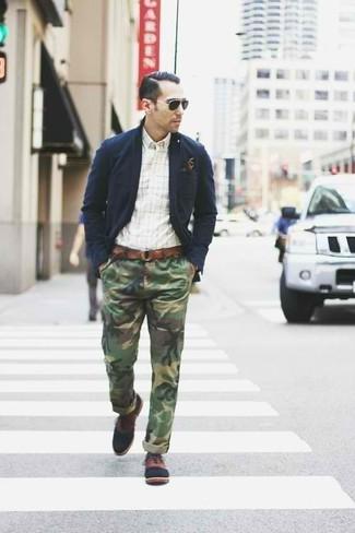 Comment porter: blazer en coton bleu marine, chemise à manches longues à carreaux blanche, pantalon chino camouflage olive, chaussures richelieu en cuir marron