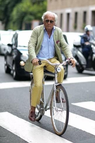 Comment porter: blazer vert menthe, chemise à manches longues bleu clair, pantalon chino jaune, mocassins à pampilles en cuir marron foncé