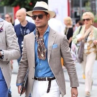 Comment porter: blazer beige, chemise à manches longues en chambray bleu clair, pantalon chino blanc, chapeau de paille beige