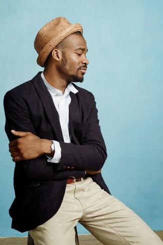 Comment porter: blazer noir, chemise à manches longues en seersucker bleu clair, pantalon chino beige, chapeau de paille marron clair