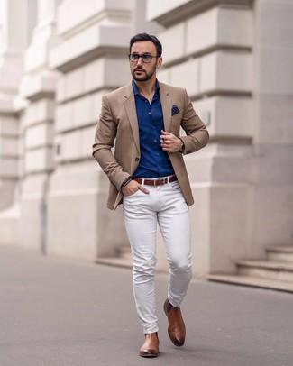 Comment porter: blazer marron clair, chemise à manches longues bleu marine, pantalon chino blanc, bottines chelsea en cuir marron