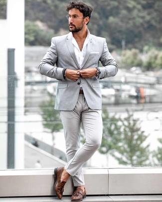 Comment porter: blazer gris, chemise à manches longues blanche, pantalon chino gris, mocassins à pampilles en cuir marron