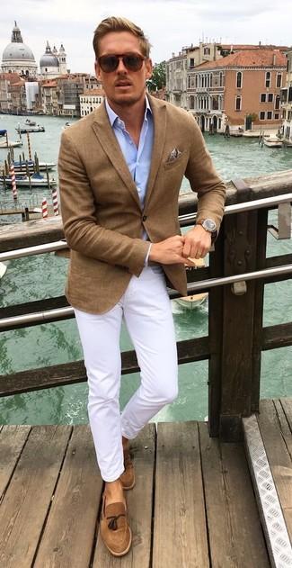 Comment porter un blazer marron: Essaie de marier un blazer marron avec un pantalon chino blanc pour créer un look chic et décontracté. Opte pour une paire de des mocassins à pampilles en daim marron pour afficher ton expertise vestimentaire.
