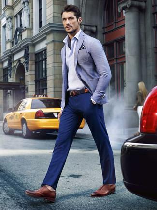 Comment porter: blazer en lin bleu clair, chemise à manches longues blanche, pantalon chino bleu marine, chaussures richelieu en cuir marron