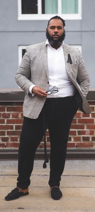 Comment porter: blazer écossais gris, chemise à manches longues blanche, pantalon chino noir, mocassins à pampilles en daim noirs