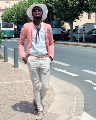 Comment porter: blazer rose, chemise à manches longues blanche, pantalon chino blanc, mocassins à pampilles en daim beiges