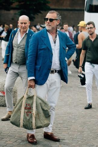 Comment porter: blazer en coton bleu canard, chemise à manches longues en lin blanche, pantalon chino blanc, slippers en cuir marron