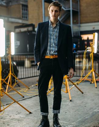 Comment porter: blazer à rayures verticales bleu marine, chemise à manches longues écossaise bleue, pantalon chino en velours côtelé vert foncé, bottes de loisirs en cuir noires