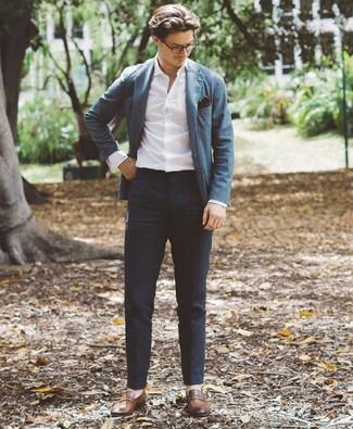 Comment porter: blazer bleu, chemise à manches longues blanche, pantalon chino bleu marine, slippers en cuir marron