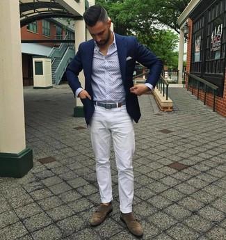 Comment porter: blazer bleu marine, chemise à manches longues imprimée bleu clair, pantalon chino blanc, double monks en daim marron