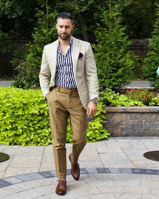 Tenue: Blazer beige, Chemise à manches longues à rayures verticales blanc et bleu marine, Pantalon chino marron clair, Chaussures richelieu en cuir marron