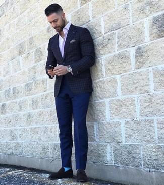 Comment porter: blazer à carreaux gris foncé, chemise à manches longues à rayures verticales rose, pantalon chino bleu marine, slippers en daim noirs