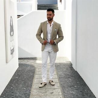 Comment porter: blazer beige, chemise à manches longues blanche, pantalon chino blanc, mocassins à pampilles en daim beiges