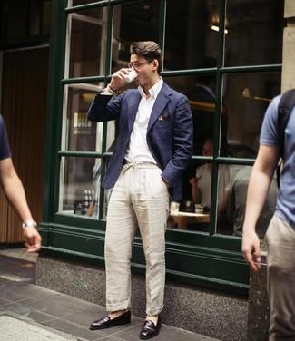 Comment porter: blazer bleu marine, chemise à manches longues blanche, pantalon chino en lin beige, slippers en cuir marron foncé