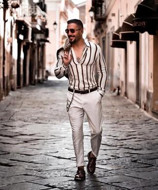 Comment porter: blazer beige, chemise à manches longues à rayures verticales blanche, pantalon chino blanc, double monks en cuir marron foncé