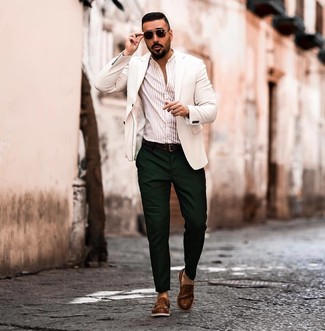 Comment porter: blazer blanc, chemise à manches longues à rayures verticales beige, pantalon chino vert foncé, slippers en cuir marron