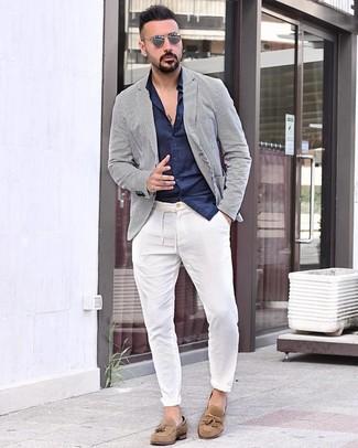 Comment porter: blazer à rayures verticales blanc et bleu marine, chemise à manches longues bleu marine, pantalon chino blanc, mocassins à pampilles en daim marron clair