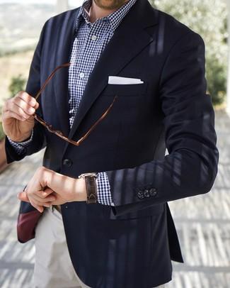 Comment porter: blazer bleu marine, chemise à manches longues en vichy bleu marine et blanc, pantalon chino blanc, pochette de costume blanche