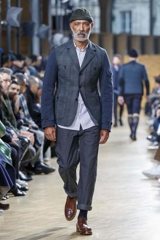Comment porter: blazer écossais bleu marine, chemise à manches longues à rayures verticales bleu clair, pantalon chino bleu marine, chaussures brogues en cuir marron