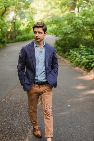 Comment porter: blazer en coton bleu marine, chemise à manches longues bleu clair, pantalon chino marron clair, slippers en cuir marron