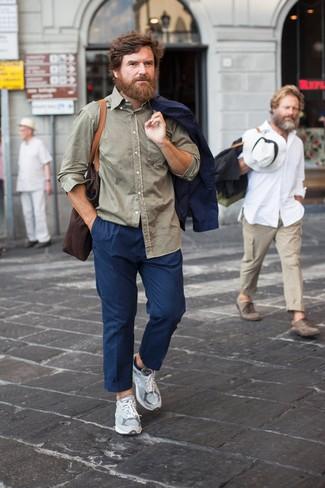 Comment porter une chemise à manches longues olive: Marie une chemise à manches longues olive avec un pantalon chino bleu marine pour une tenue confortable aussi composée avec goût. Tu veux y aller doucement avec les chaussures? Assortis cette tenue avec une paire de des chaussures de sport grises pour la journée.