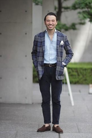 Comment porter une chemise à manches longues bleu clair: Pour une tenue de tous les jours pleine de caractère et de personnalité pense à associer une chemise à manches longues bleu clair avec un pantalon chino bleu marine. Rehausse cet ensemble avec une paire de des slippers en daim marron foncé.