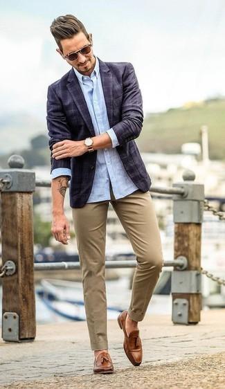 Comment porter des mocassins à pampilles en cuir marron: Harmonise un blazer écossais bleu marine avec un pantalon chino marron clair pour créer un look chic et décontracté. Jouez la carte classique pour les chaussures et opte pour une paire de des mocassins à pampilles en cuir marron.