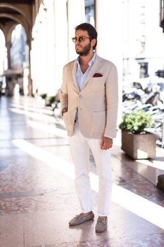 Comment porter une chemise à manches longues bleu clair: Porte une chemise à manches longues bleu clair et un pantalon chino blanc pour un look de tous les jours facile à porter. Une paire de des mocassins en daim gris s'intégrera de manière fluide à une grande variété de tenues.