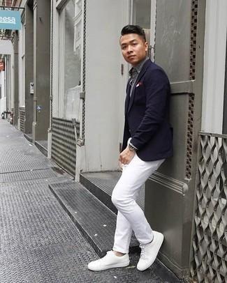 Comment porter un pantalon chino blanc: Essaie d'associer un blazer bleu marine avec un pantalon chino blanc pour achever un look habillé mais pas trop. Tu veux y aller doucement avec les chaussures? Choisis une paire de des baskets basses en cuir blanches pour la journée.