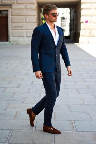 Comment porter une pochette de costume bleu marine: Opte pour un blazer en laine à carreaux bleu marine avec une pochette de costume bleu marine pour une tenue idéale le week-end. Rehausse cet ensemble avec une paire de des slippers en daim marron.