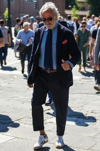 Comment porter une ceinture en cuir marron: Pense à porter un blazer bleu marine et une ceinture en cuir marron pour une tenue relax mais stylée. Complète cet ensemble avec une paire de des baskets basses en cuir blanc et bleu marine pour afficher ton expertise vestimentaire.