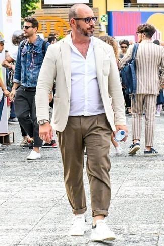 Tenue: Blazer beige, Chemise à manches longues blanche, Pantalon chino marron, Baskets basses en cuir blanches