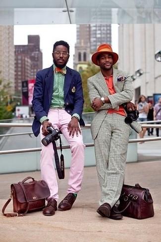 Comment porter: blazer bleu marine, chemise à manches longues verte, pantalon chino rose, chaussures derby en cuir bordeaux