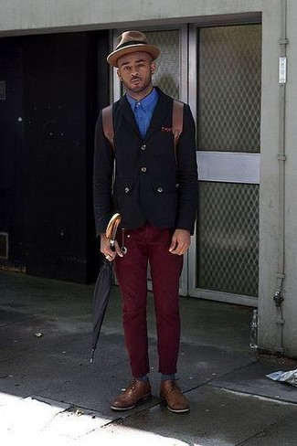Comment porter: blazer en coton noir, chemise à manches longues bleue, pantalon chino bordeaux, chaussures derby en cuir marron