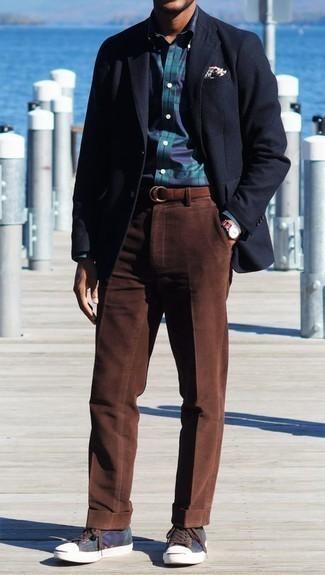 Comment porter un pantalon chino en velours côtelé marron: Pense à porter un blazer bleu marine et un pantalon chino en velours côtelé marron pour achever un look habillé mais pas trop. Pour les chaussures, fais un choix décontracté avec une paire de des baskets basses en toile bleu marine.