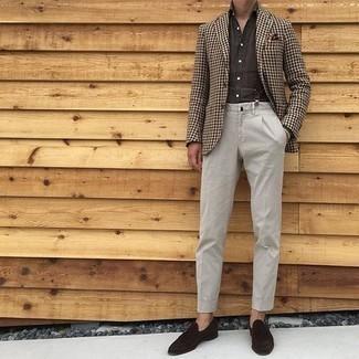 Comment porter un blazer en pied-de-poule marron: Pense à associer un blazer en pied-de-poule marron avec un pantalon chino beige pour créer un look chic et décontracté. Complète cet ensemble avec une paire de des slippers en daim marron foncé pour afficher ton expertise vestimentaire.