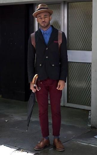 Comment porter une pochette de costume á pois bordeaux: Pour une tenue aussi confortable que ton canapé, opte pour un blazer noir avec une pochette de costume á pois bordeaux. Termine ce look avec une paire de des chaussures derby en cuir marron pour afficher ton expertise vestimentaire.