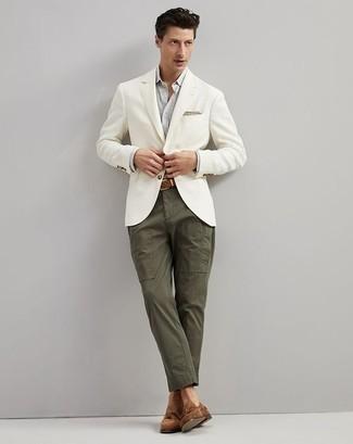 Comment porter une ceinture en cuir tressée marron: Associe un blazer blanc avec une ceinture en cuir tressée marron pour un look idéal le week-end. Jouez la carte classique pour les chaussures et fais d'une paire de des mocassins à pampilles en daim marron ton choix de souliers.