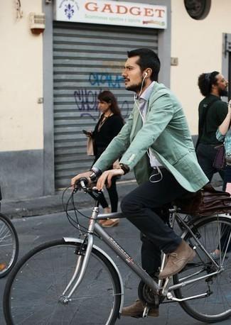 Tendances mode hommes: Essaie d'associer un blazer vert menthe avec un pantalon chino noir pour prendre un verre après le travail. Assortis ce look avec une paire de des bottines chukka en daim marron clair.