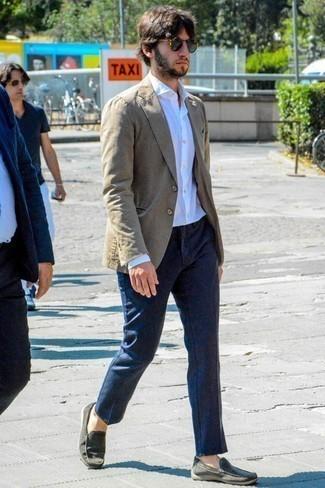 Comment porter une chemise à manches longues avec des mocassins: Choisis une chemise à manches longues et un pantalon chino bleu marine pour une tenue confortable aussi composée avec goût. Termine ce look avec une paire de des mocassins.