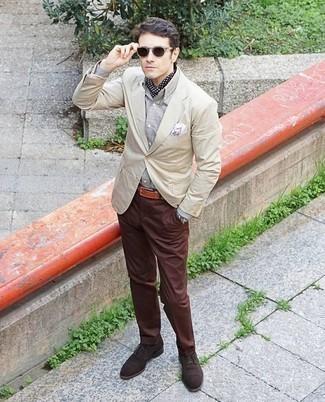 Comment porter des chaussures richelieu: Opte pour un blazer beige avec un pantalon chino marron pour prendre un verre après le travail. Jouez la carte classique pour les chaussures et assortis cette tenue avec une paire de des chaussures richelieu.