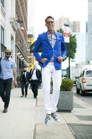 Comment s'habiller après 40 ans: Essaie de marier un blazer bleu avec un pantalon chino blanc pour achever un look habillé mais pas trop. Jouez la carte décontractée pour les chaussures et termine ce look avec une paire de des baskets basses en toile camouflage multicolores.