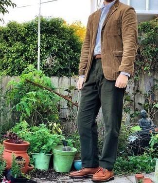 Tendances mode hommes: Porte un blazer en velours côtelé marron clair et un pantalon chino vert foncé pour prendre un verre après le travail. Assortis ce look avec une paire de des bottines chukka en cuir tabac.