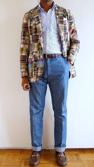 Comment porter une pochette de costume blanche: Opte pour un blazer écossais multicolore avec une pochette de costume blanche pour une tenue relax mais stylée. D'une humeur créatrice? Assortis ta tenue avec une paire de des slippers en cuir marron.