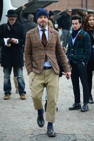 Comment porter: blazer en laine écossais marron, chemise à manches longues bleu clair, pantalon chino marron clair, chaussures derby en cuir noires