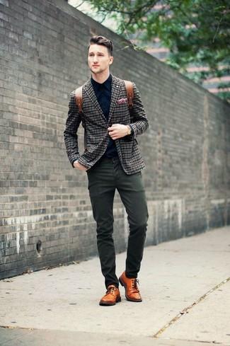 Comment porter un blazer écossais bleu marine et blanc: Essaie d'associer un blazer écossais bleu marine et blanc avec un pantalon chino olive pour prendre un verre après le travail. Une paire de des chaussures brogues en cuir orange apportera une esthétique classique à l'ensemble.